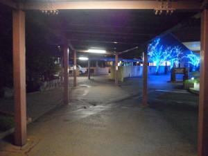 駅前ではイルミネーションが輝いています。