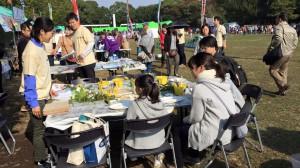 伊豆高原から届いたばかりの葉っぱを使って①選び ②絵の具をぬって ③できあがり